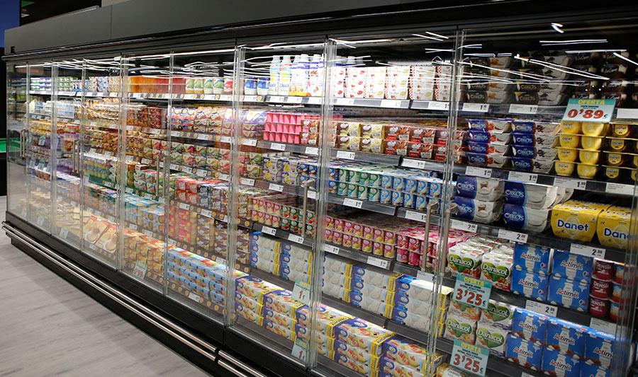 Tiendas El Economato. Neveras yogures