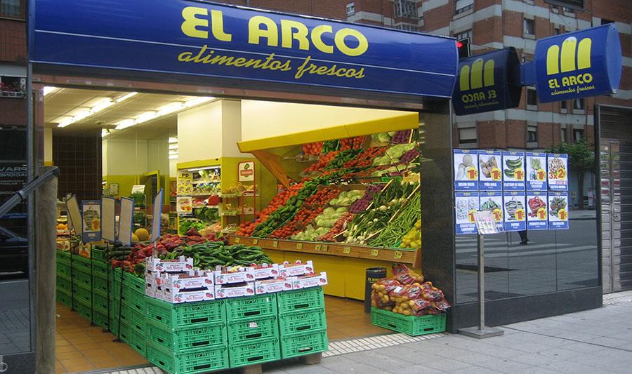 Tiendas El Arco. Fachada y verduras